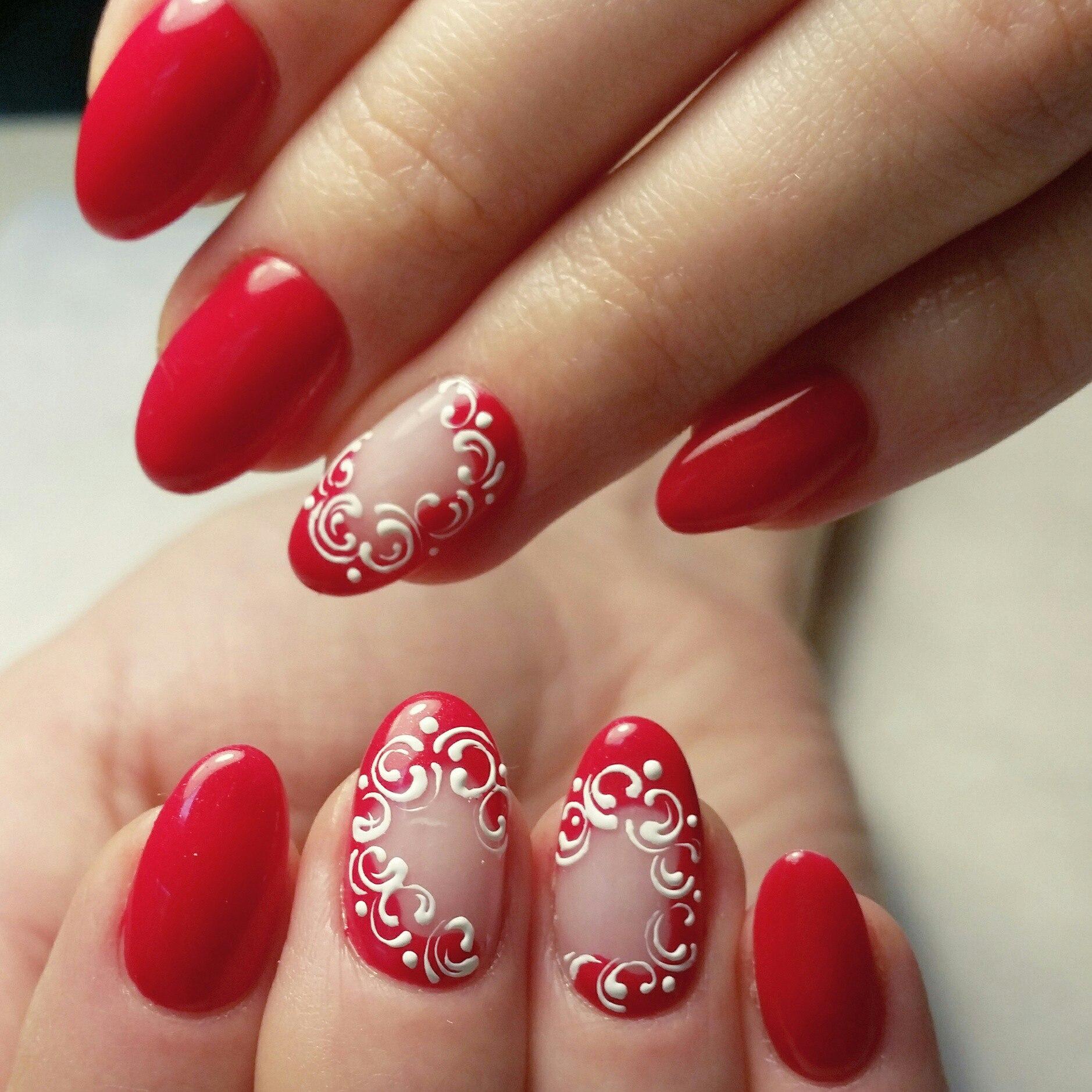 Красивый дизайн ногтей с красным цветом