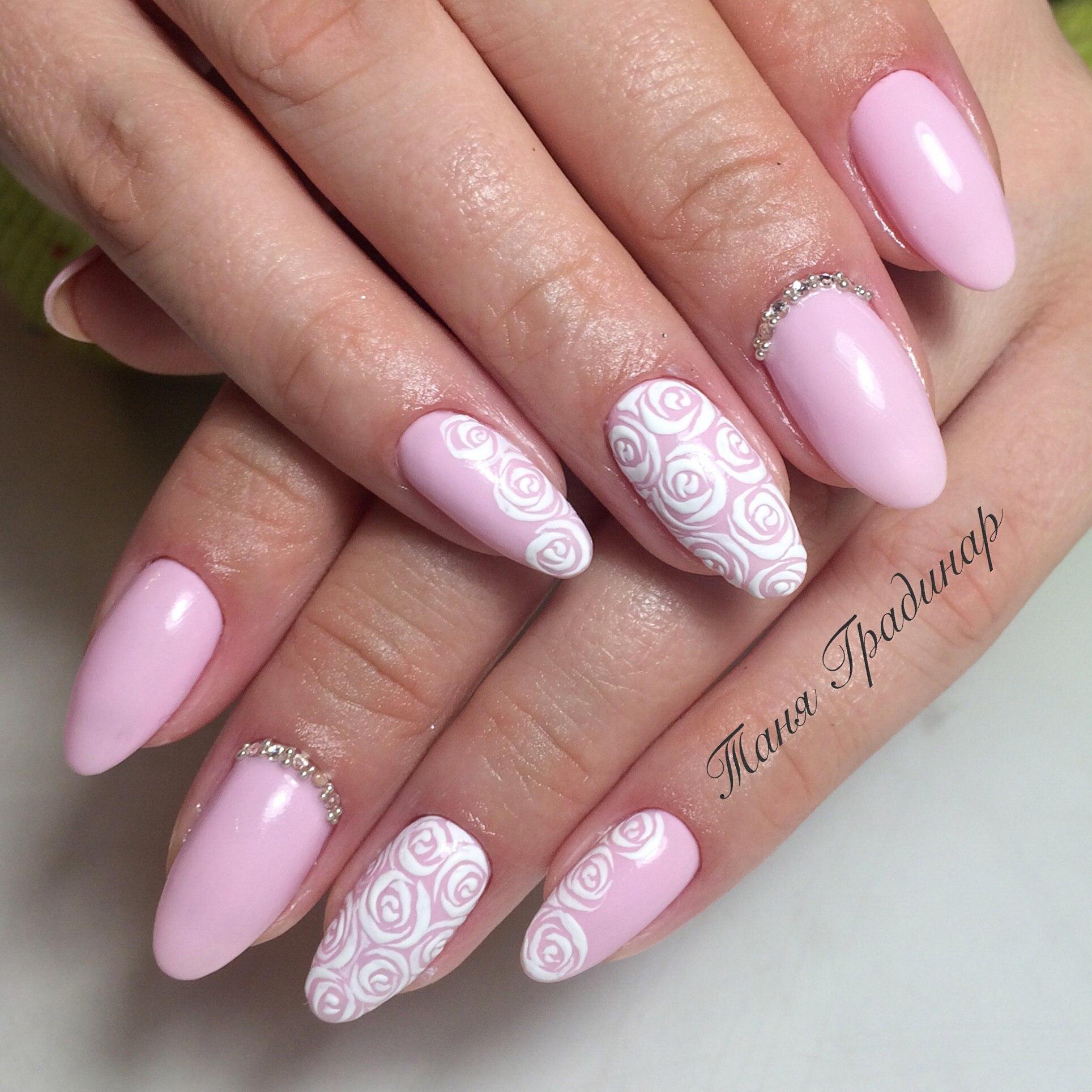 Модный маникюр со стразами розовый