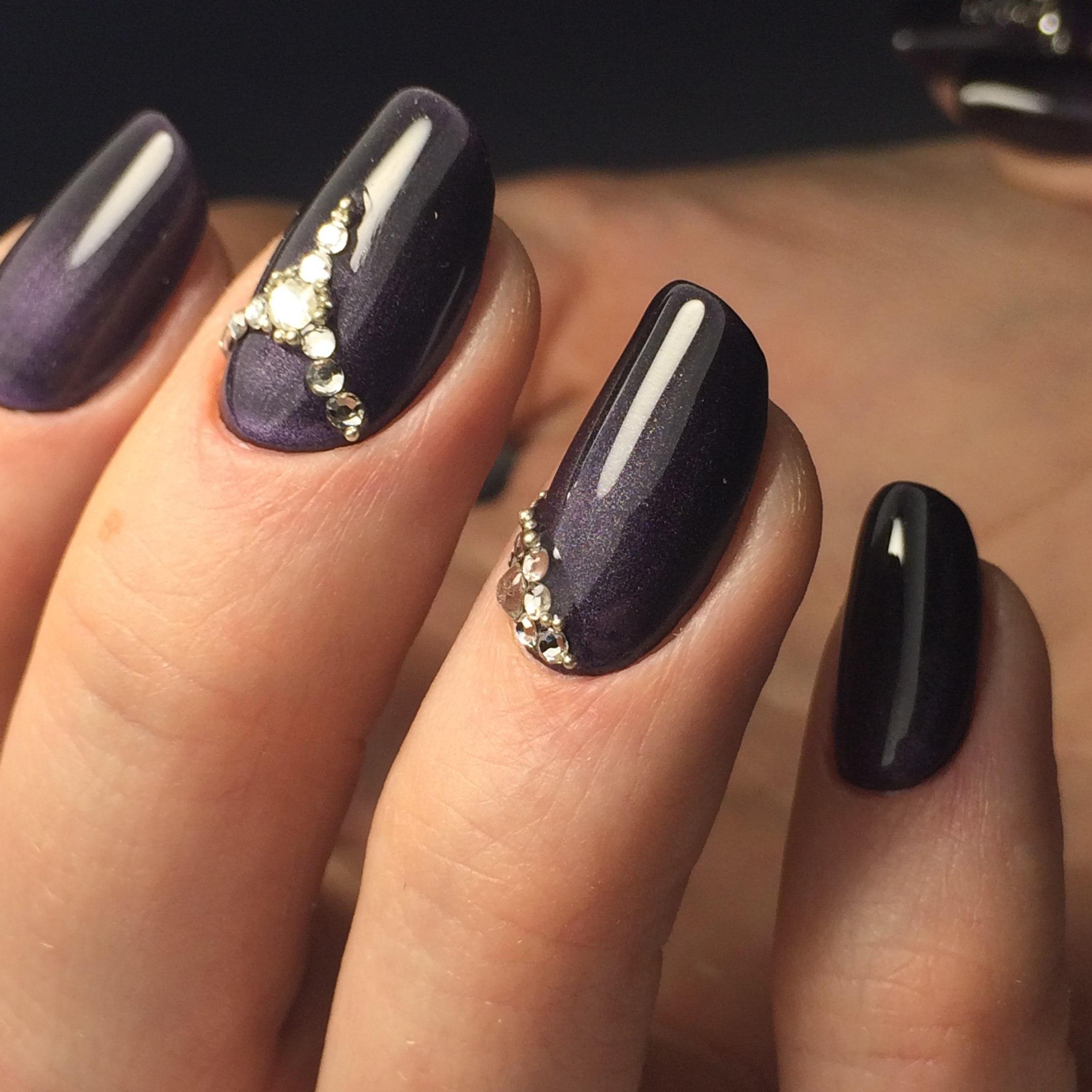 Ногти темный лак со стразами фото