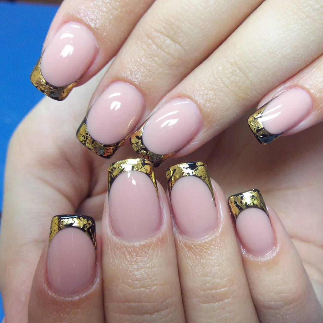 Золотой маникюр на длинных ногтях