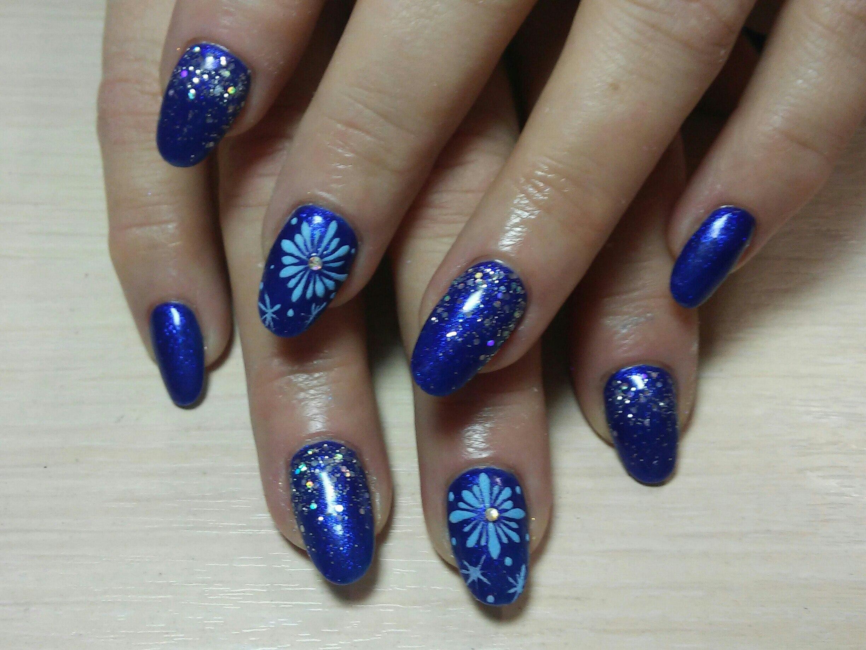 Дизайн ногтей с синими блёстками