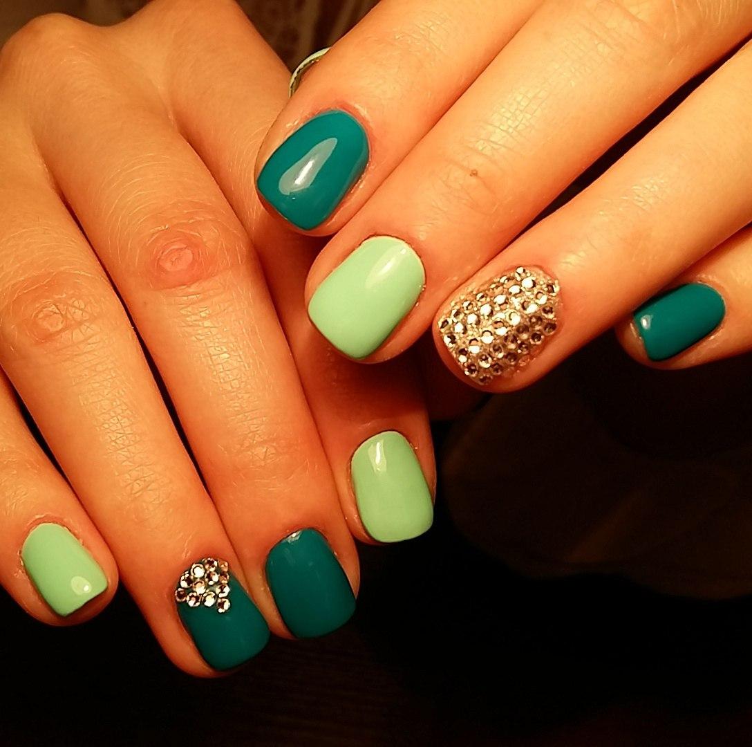 Дизайн ногтей со стразами зеленый