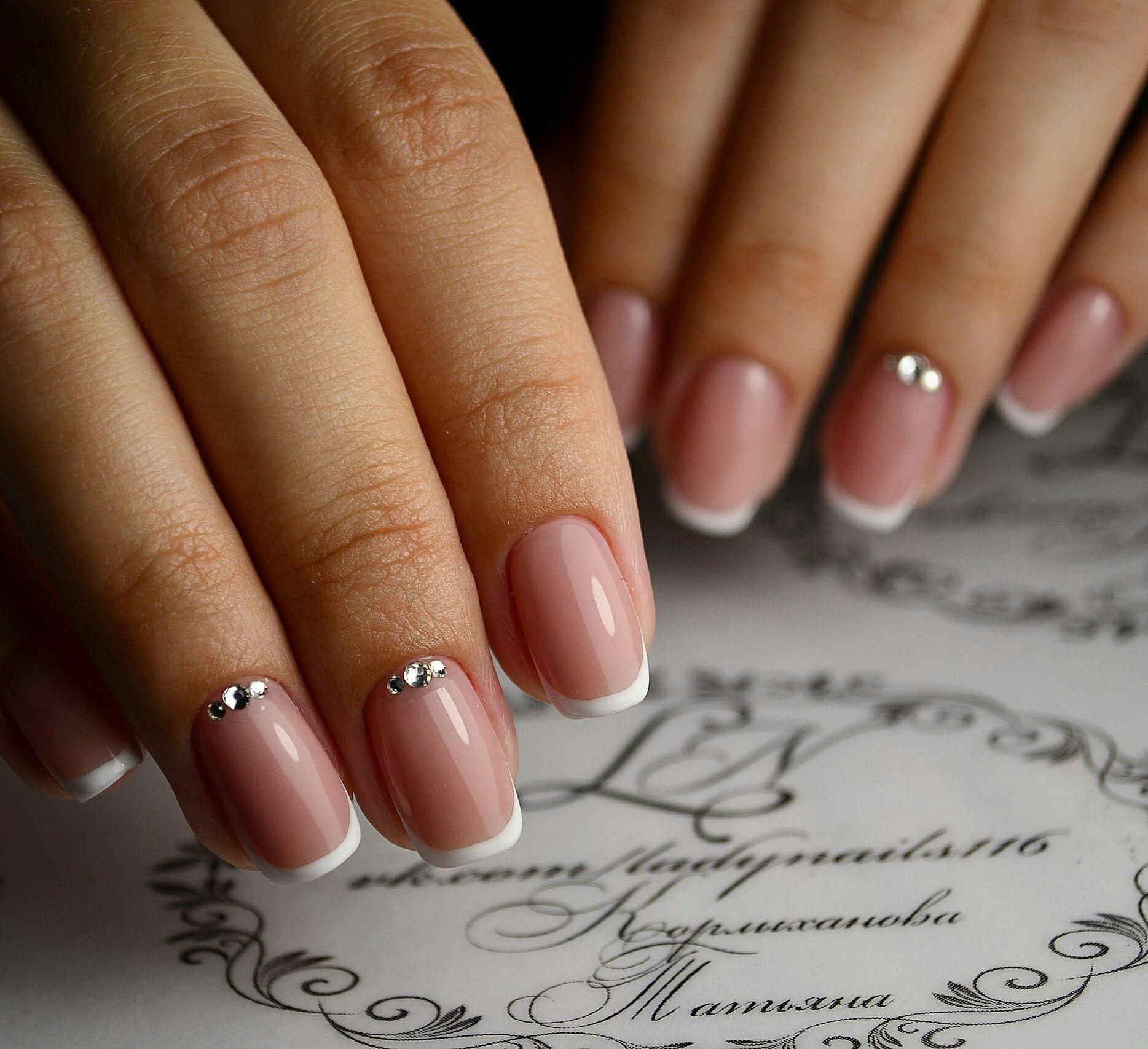 Дизайн ногтей в бежевых тонах с френчем фото