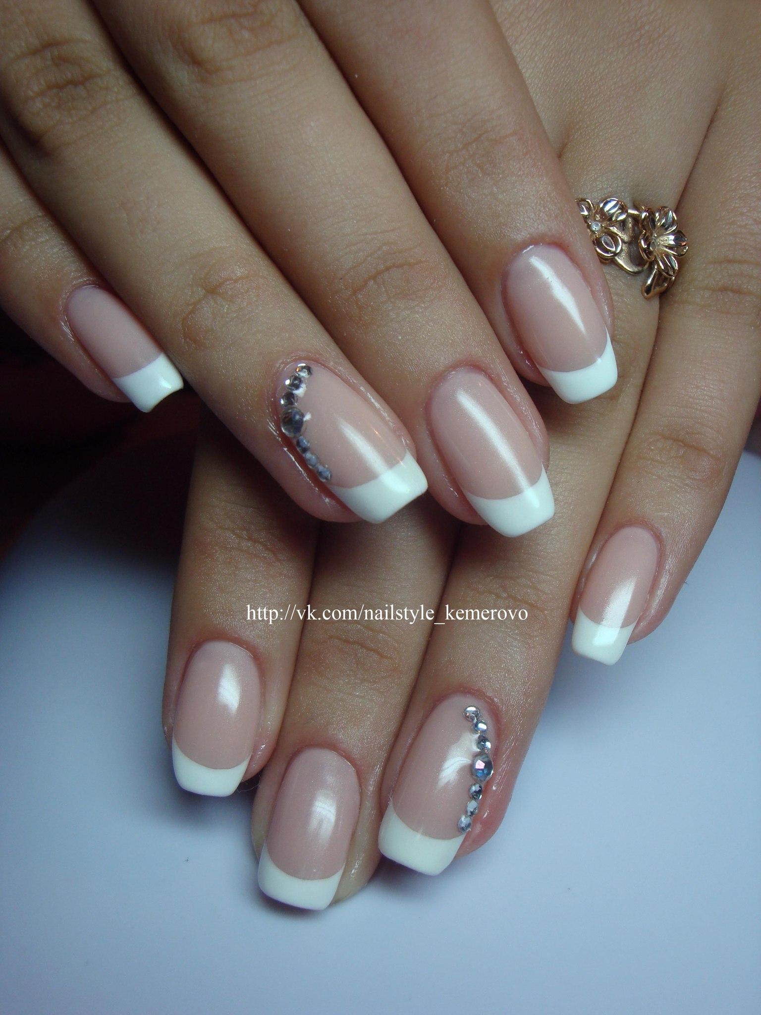 Маникюр в белых тонах на длинные ногти