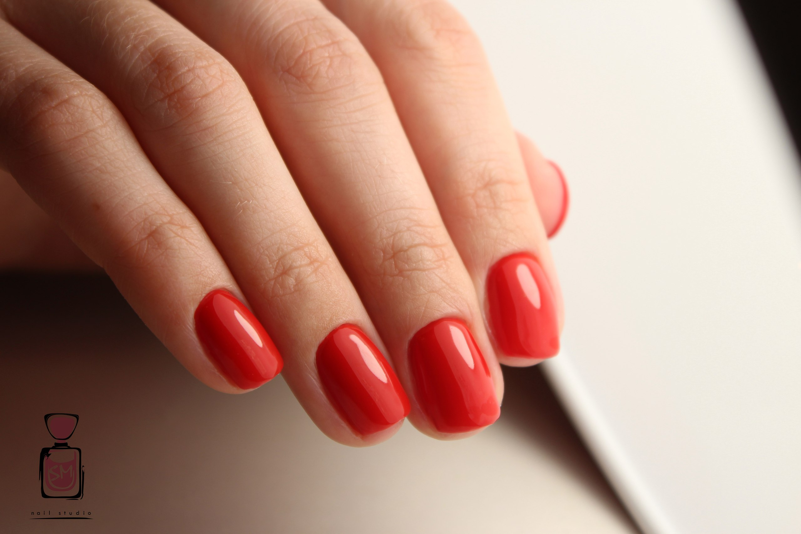 Фото красивого красного маникюра на коротких ногтях