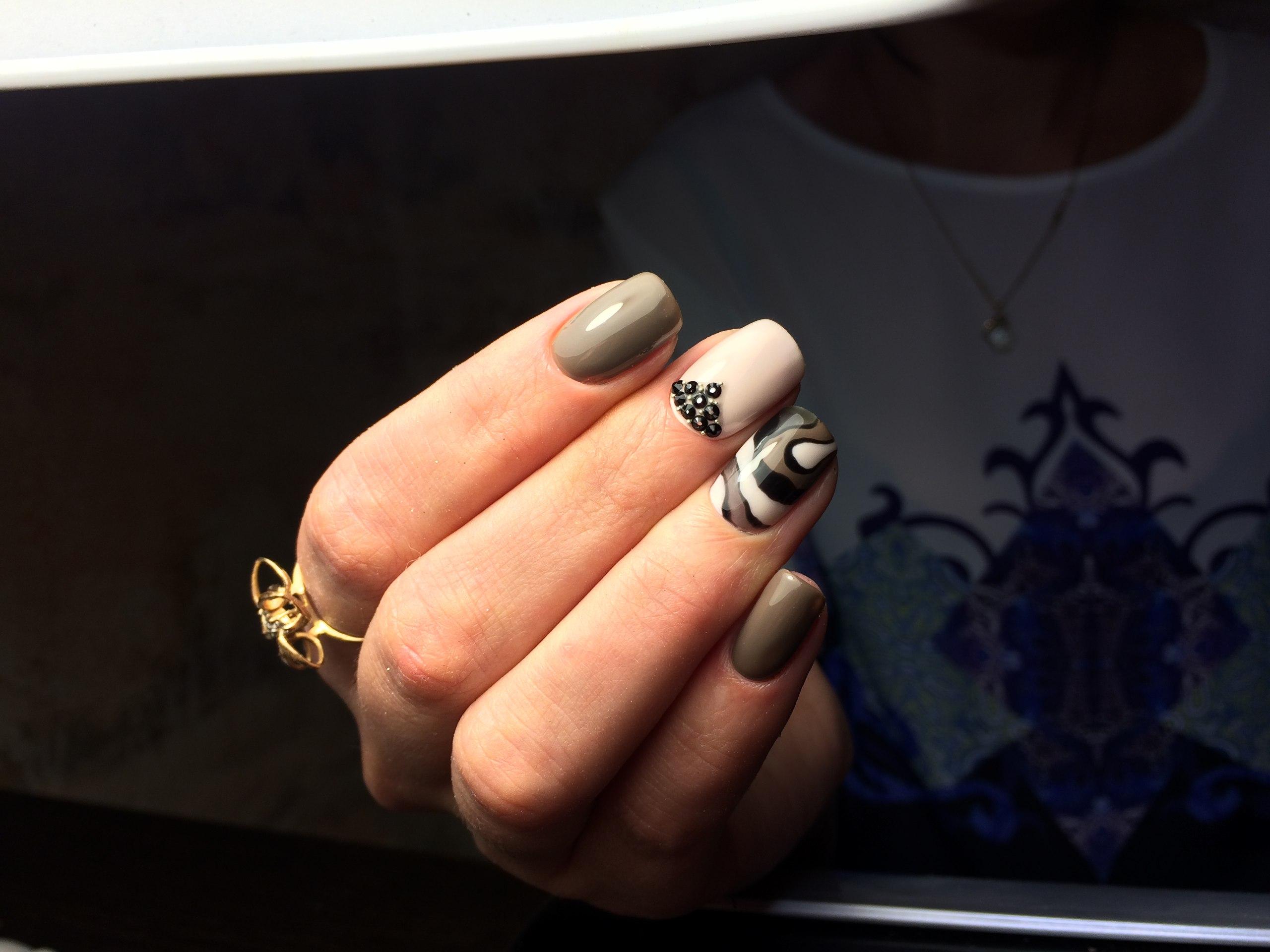 Чёрные матовые ногти с короной