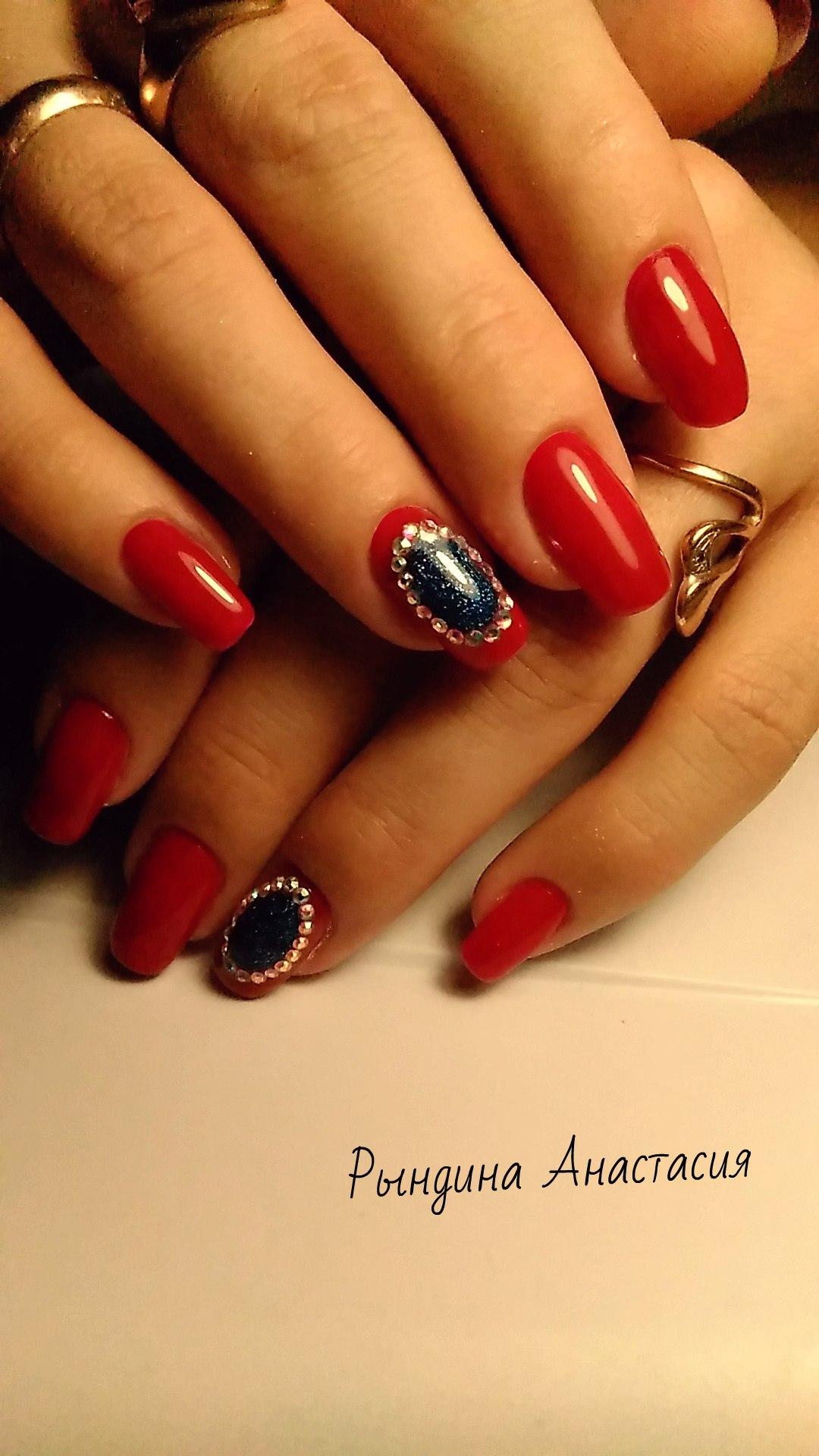 332Фото ногти красные с камушками