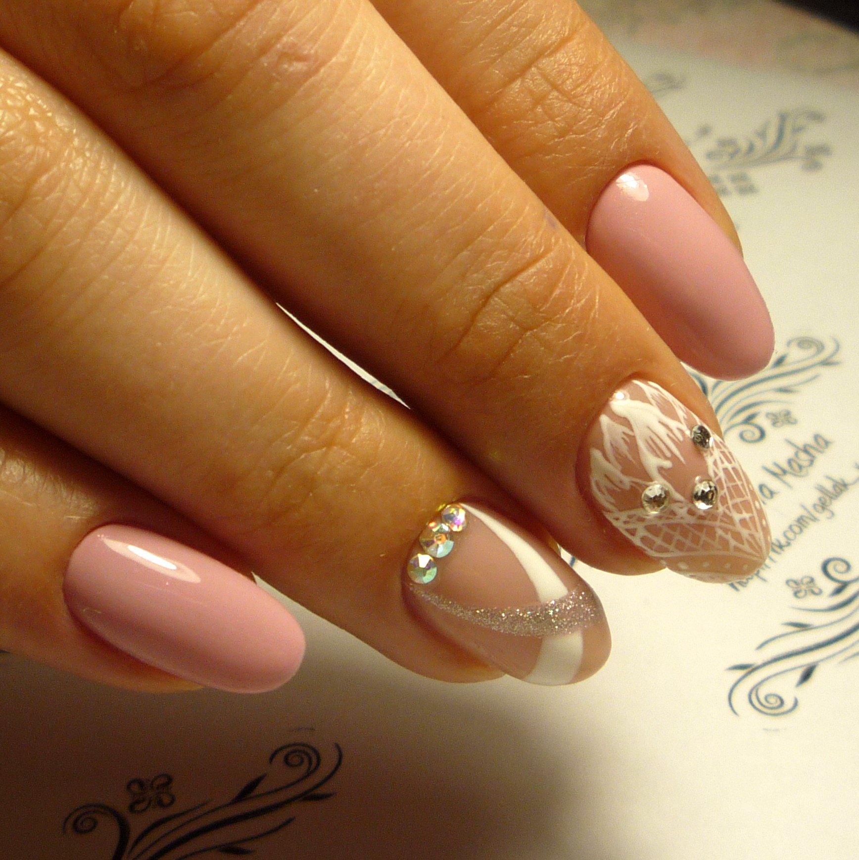 Дизайн овальных ногтей в бежевых тонах
