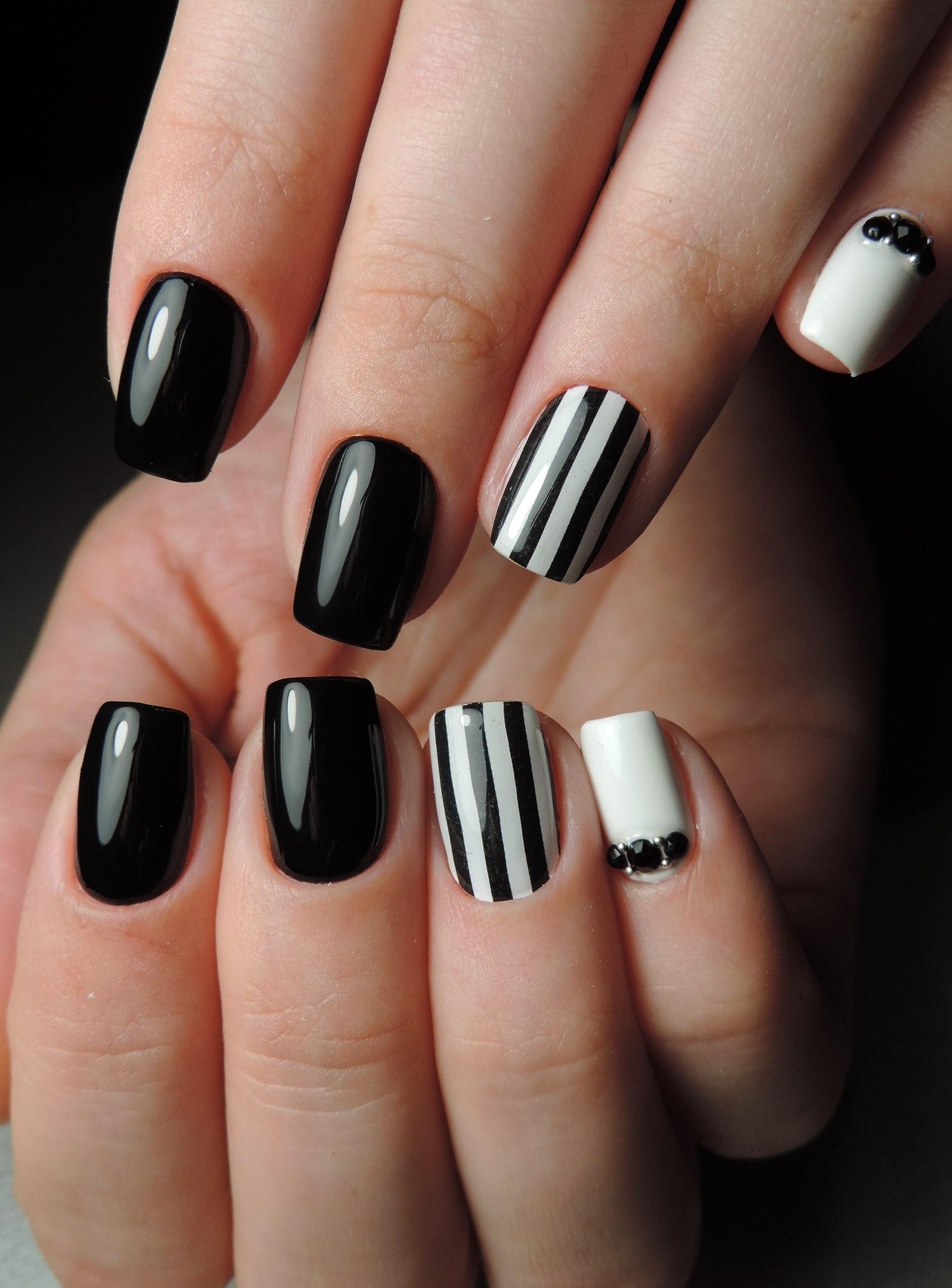 Маникюр черно белый полосатый