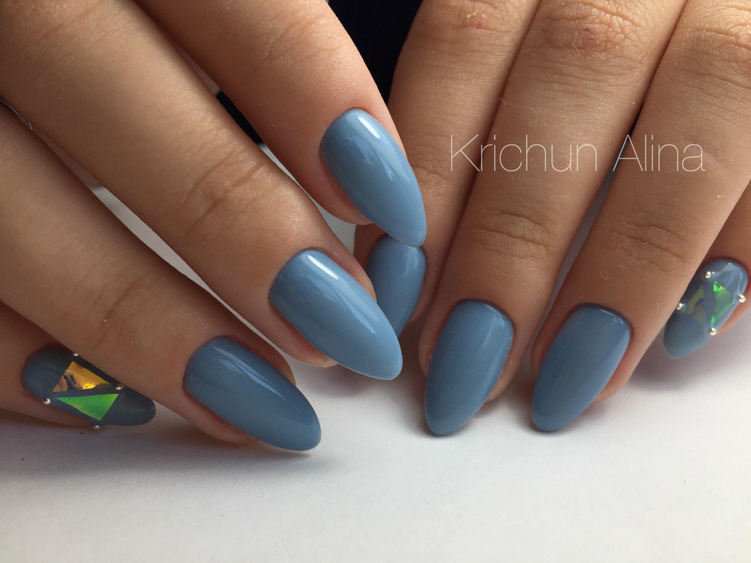 Маникюр 2017 на миндальную форму с синим или голубым