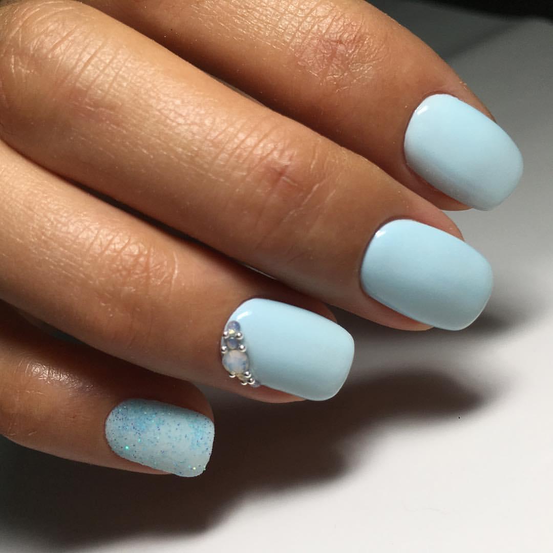 Маникюр с белым лаком и голубым лаком фото