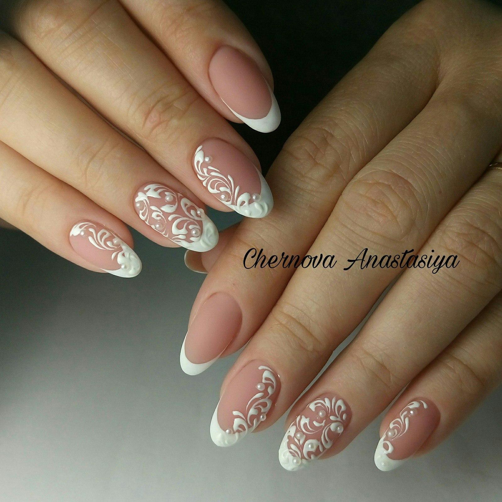 Круглые ногти френч белый с рисунком