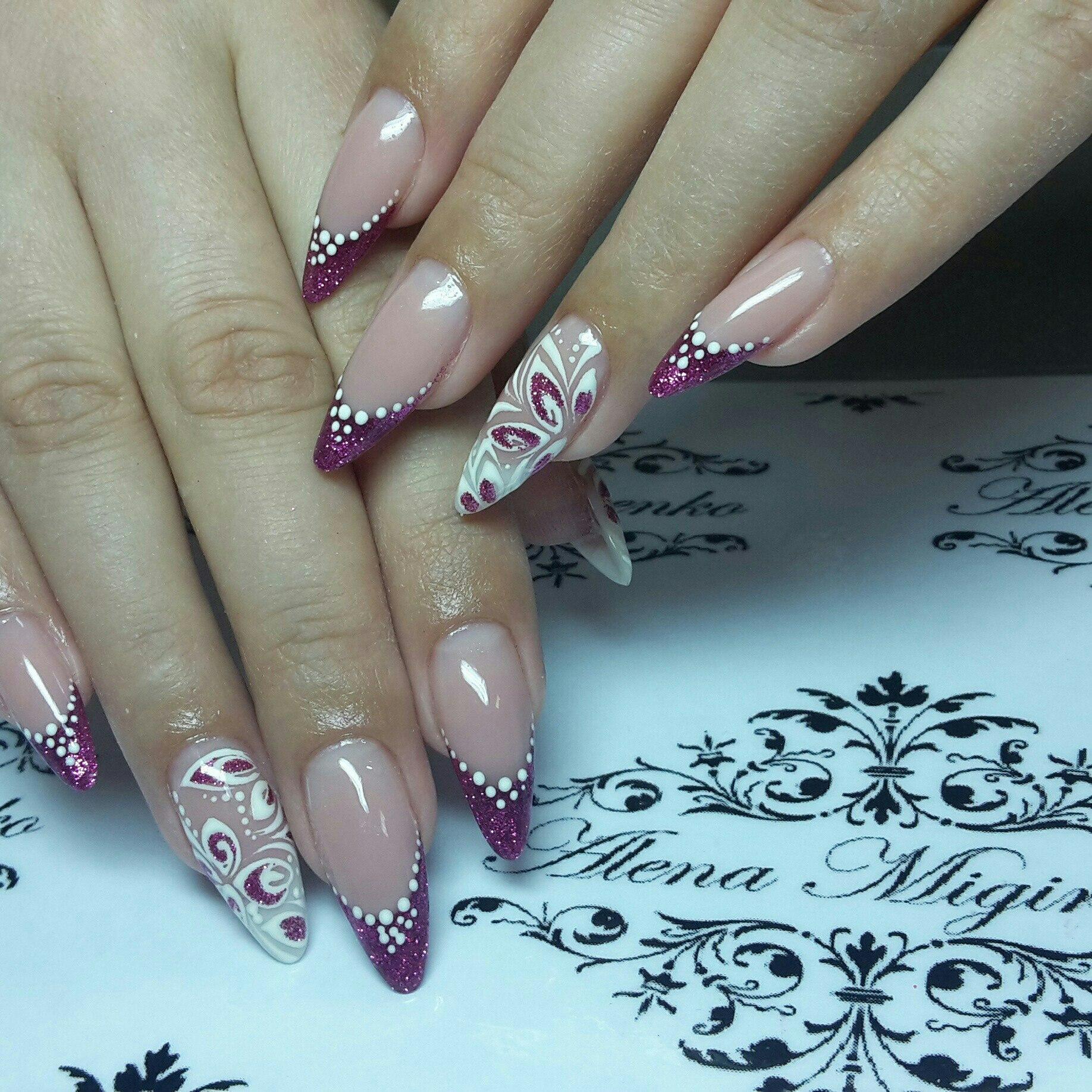 Трендовой формой ногтей будет: миндалевидная, овальный квадрат, длинная форма ногтя и овал.