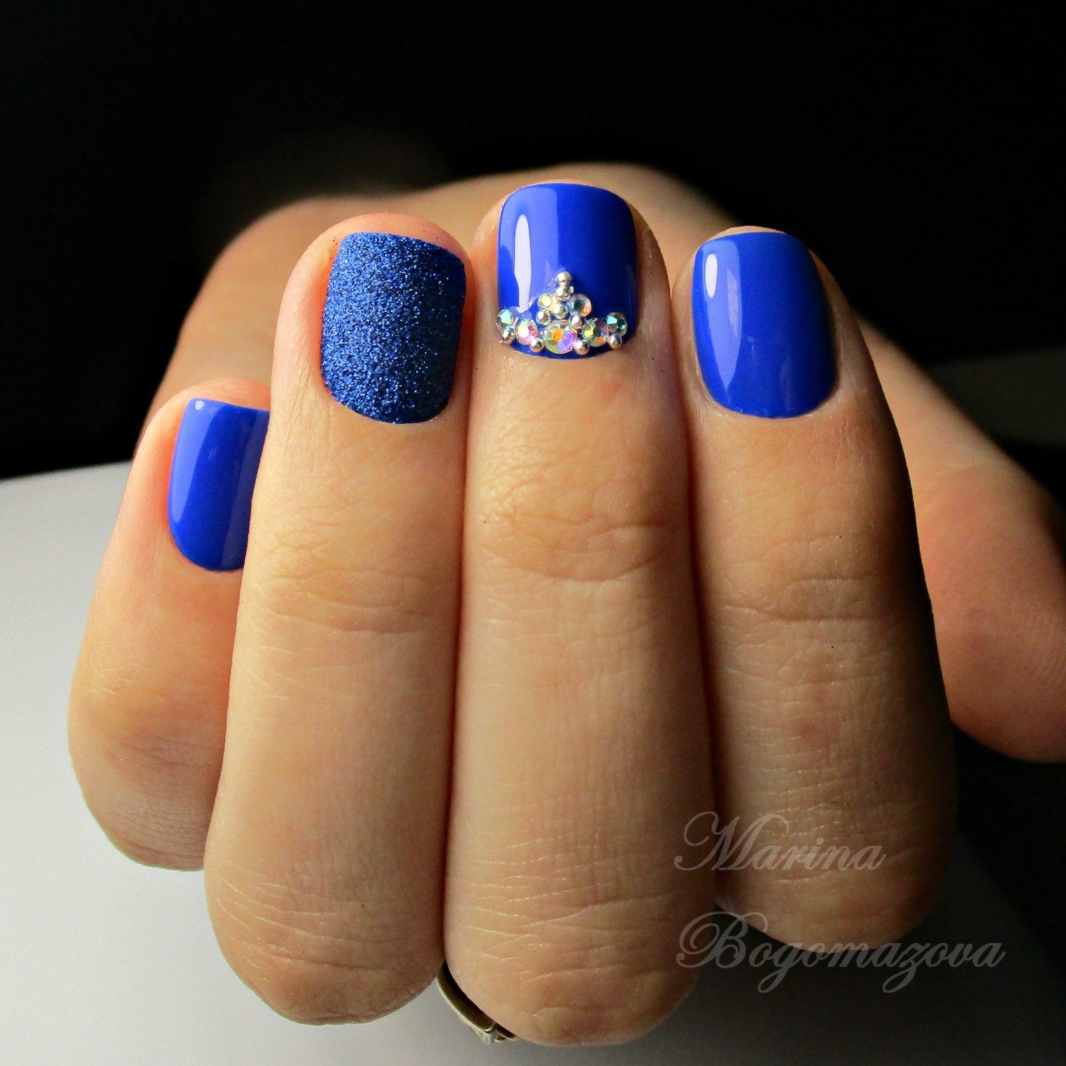 Фото синий маникюр со стразами на короткие ногти