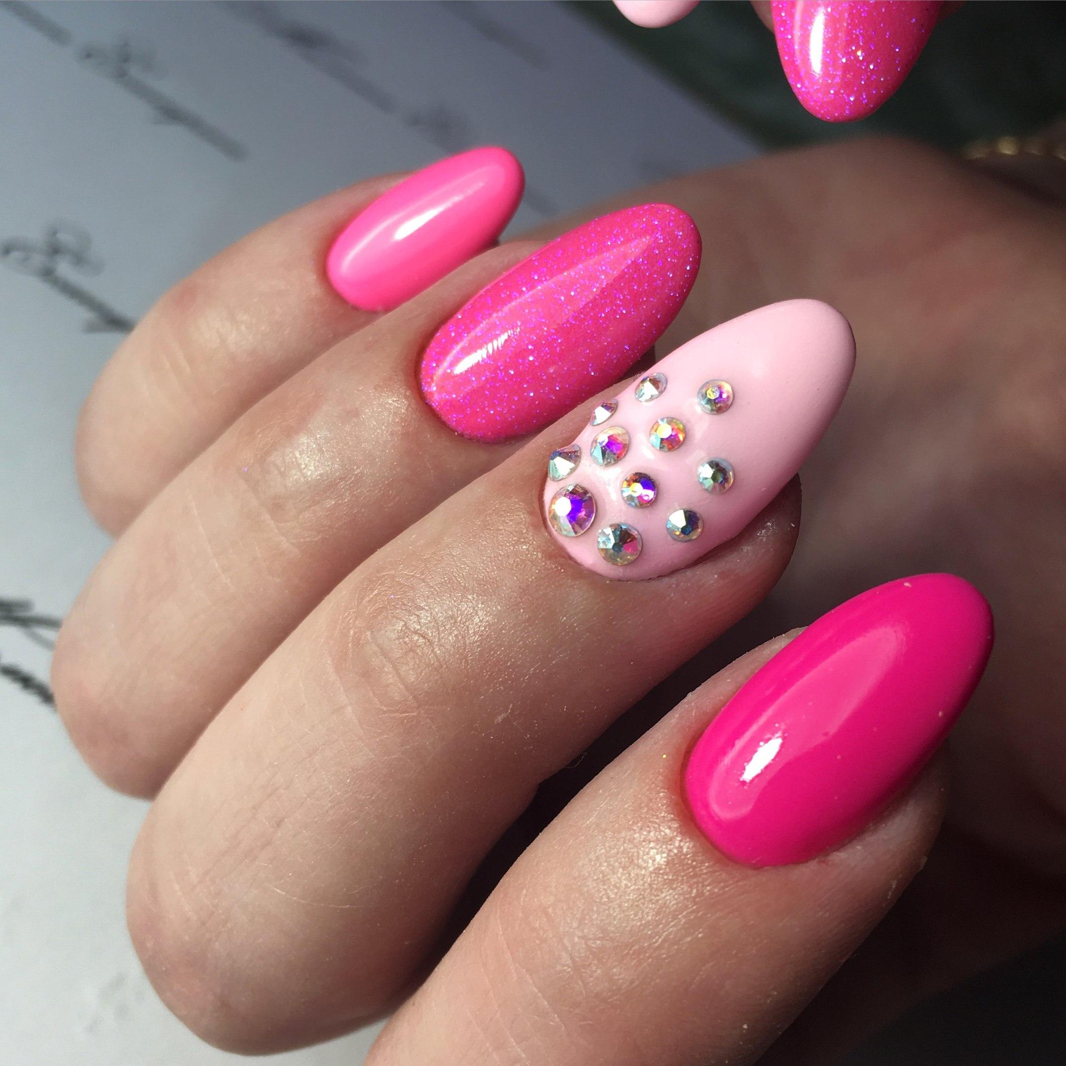 Ногти ярко розовые со стразами