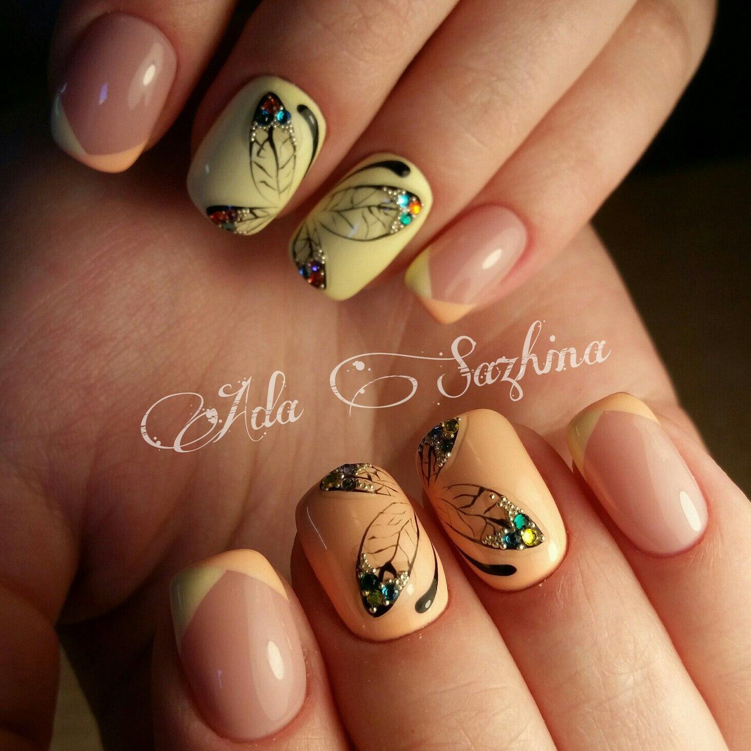 Маникюр на короткие ногти с бабочками