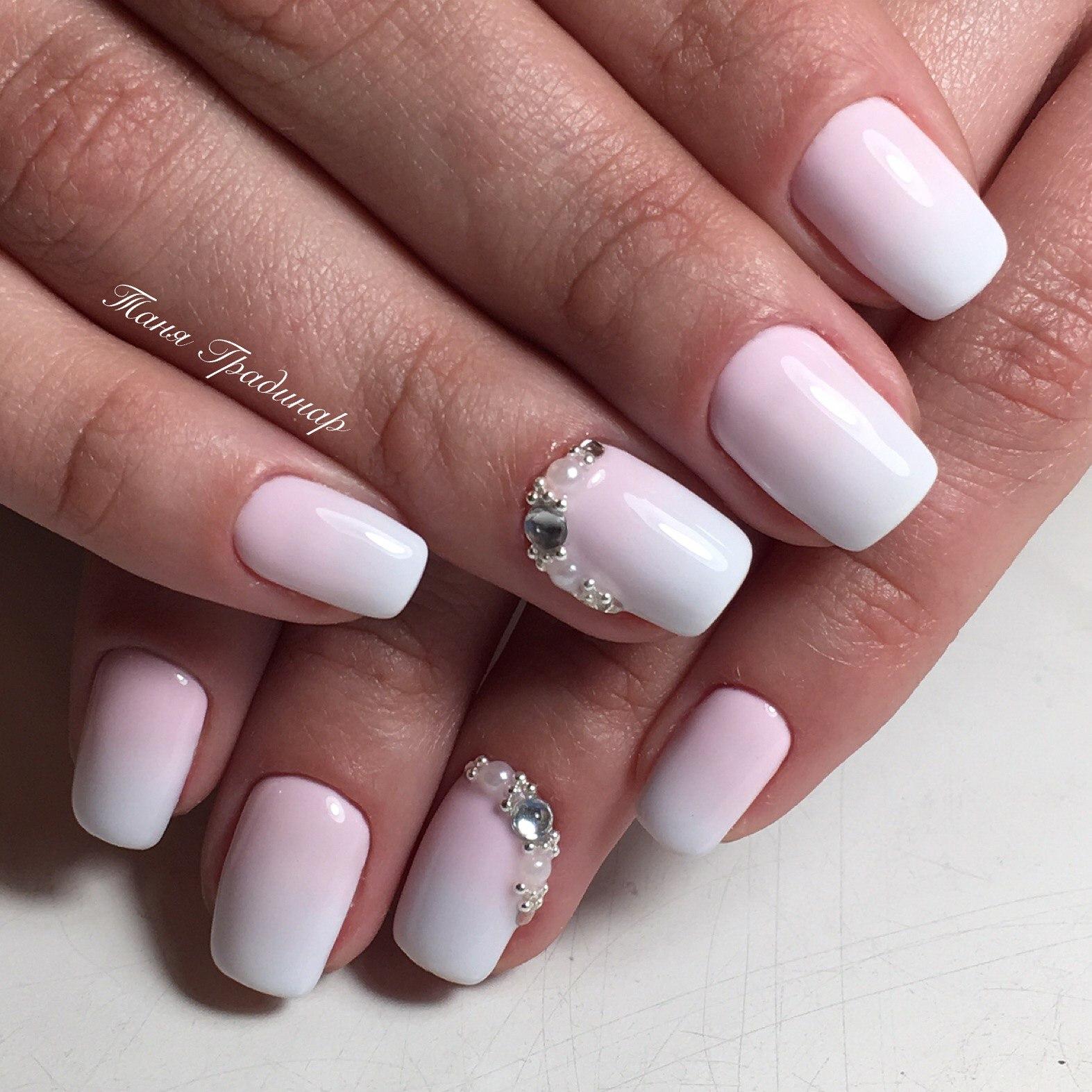 Дизайн ногтей в пастельных тонах со стразами