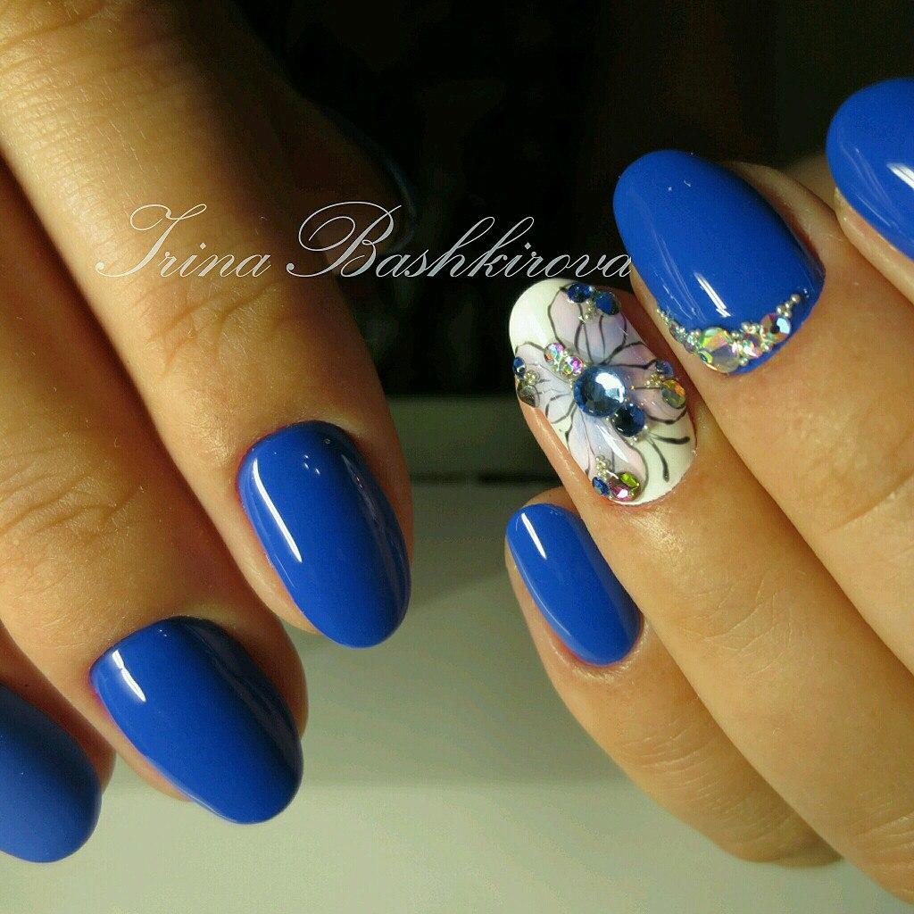 Маникюр с ярко синим гель лаком