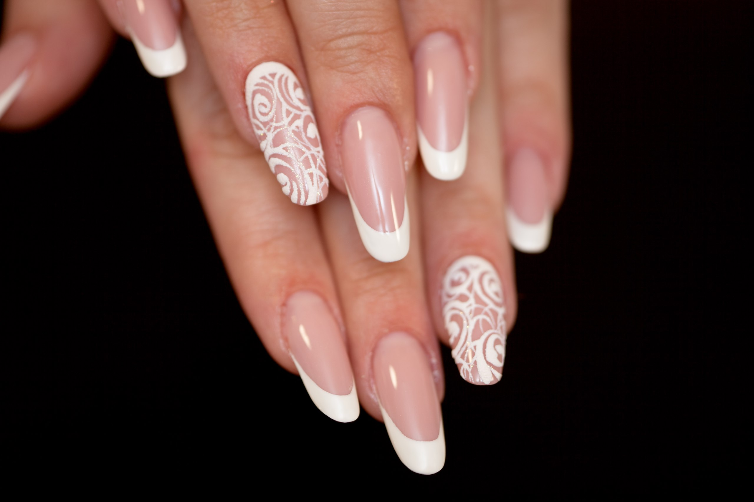 Белый френч на длинные ногти с дизайном
