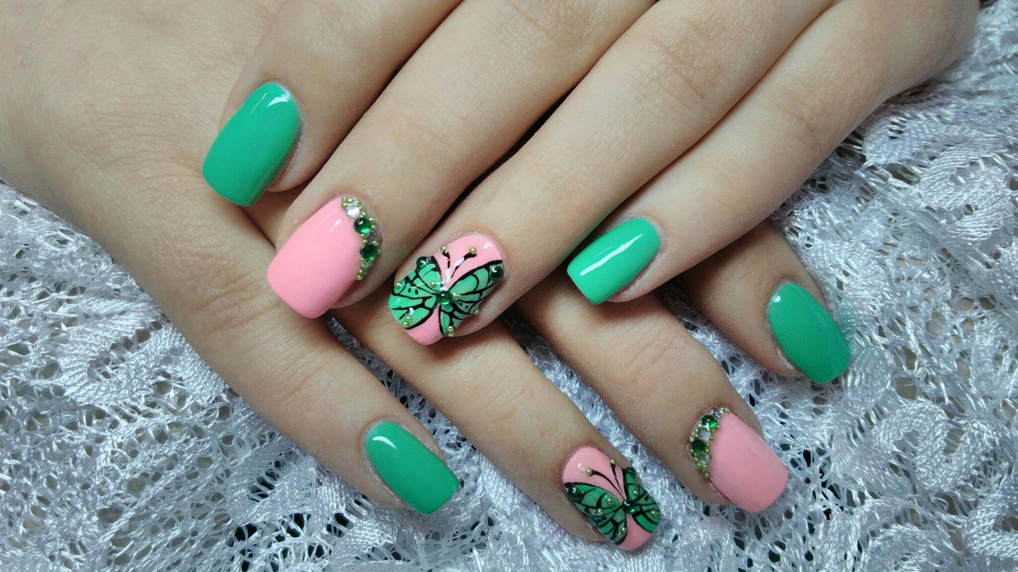 Маникюр розово зеленый со стразами
