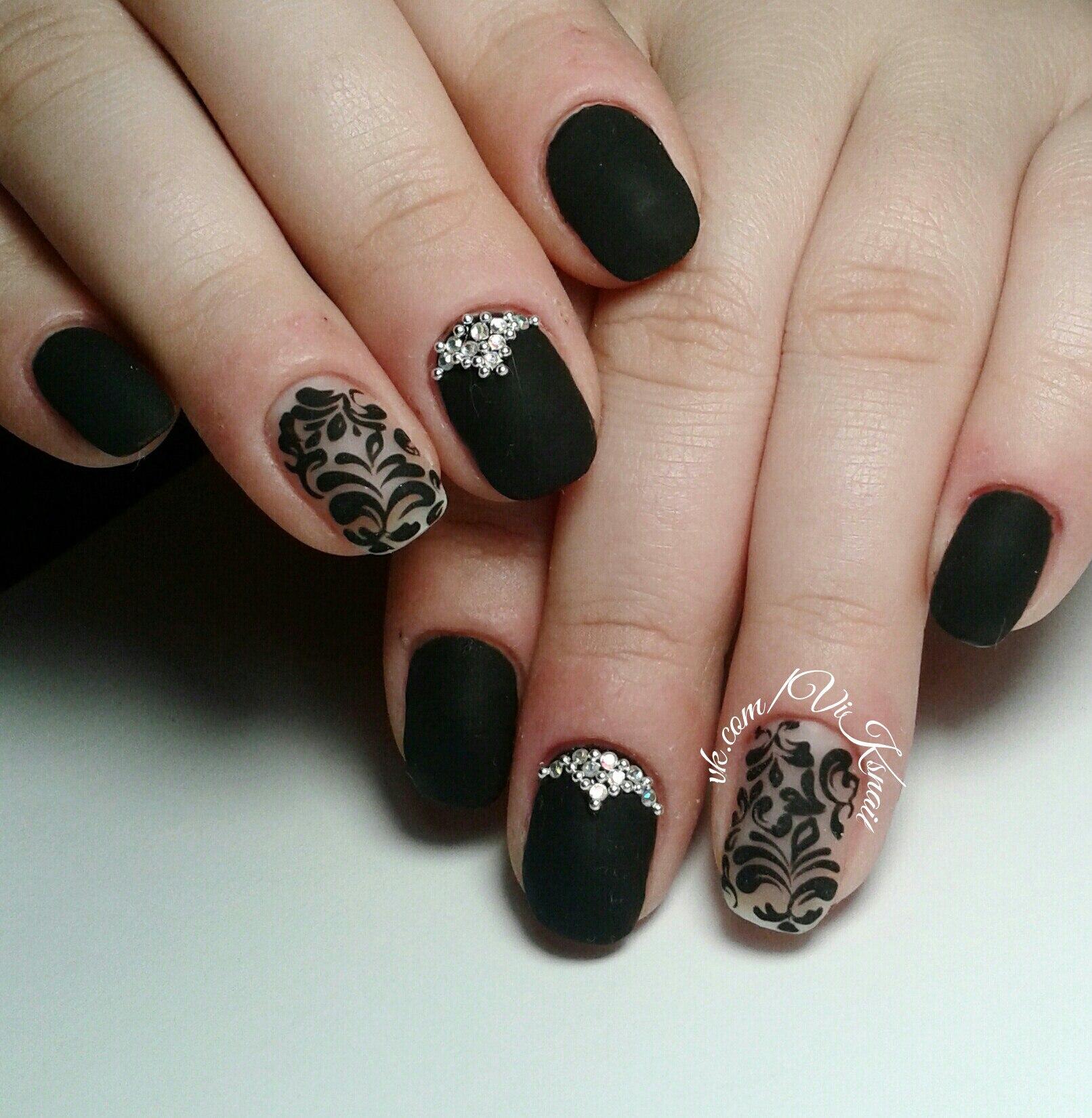 Черный с росписью маникюр