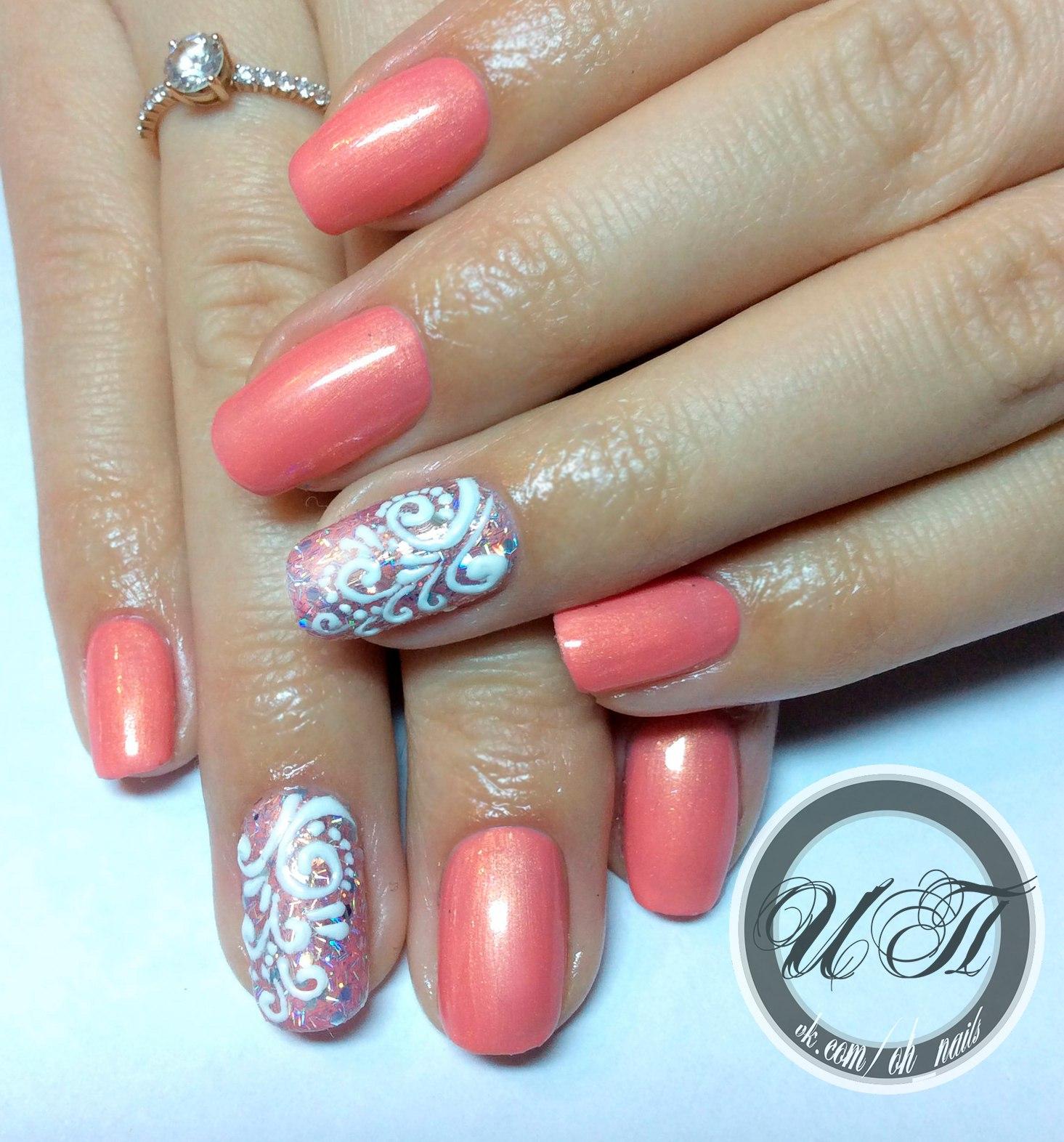 Нарощенные ногти кораллового цвета