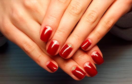 Красный на коротких ногтях
