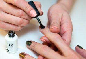 Наносим однофазный гель лак на ногти