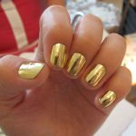 Золотой маникюр: популярные техники создания блестящего покрытия